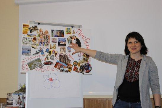 Любов Ропало презентує колаж, фото - Олександр Іванов, Долинська