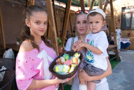 Майстриня Олександра Ткаченко з мамою і братиком
