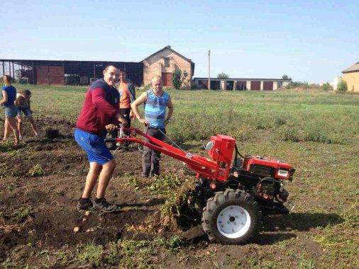 Учасник АТО навчає молодь працювати на землі