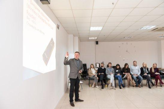 Веде тренінг Андрій Флоренко