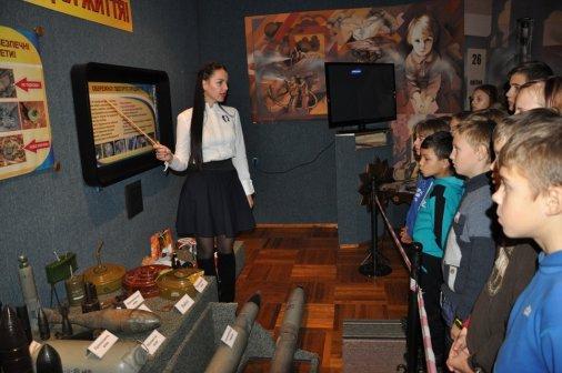 Школярі відвідують пожежно-технічну виставку-музей