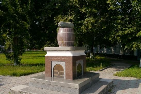 Пам'ятник Ніжинському огірку - фото з сайту Mynizhyn.com