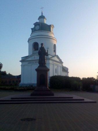 Пам'ятник Іосаву Бєлгородському на фоні Миколаївської Церкви