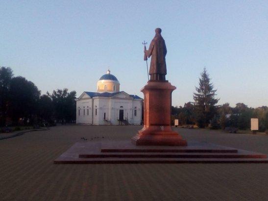 Пам'ятник Іосаву Бєлгородському на фоні Церкви Різдва Богородиці
