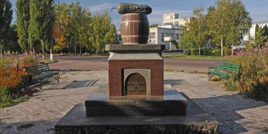 Пам'ятник ніжинському огірку, фото з сайту we.org.ua
