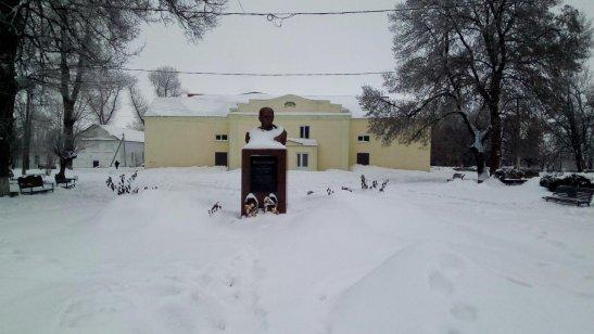 пам'ятник Тарасу Шевченко на фоні будинку культури