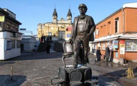 Пам'ятник Остапу Бендеру на привокзальній площі Жмеринки, демонтований у 2012 році - фото з сайту topnews.vn.ua