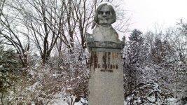пам'ятник Миколі Гоголя на території Ніжинського державного університету у місті Ніжин