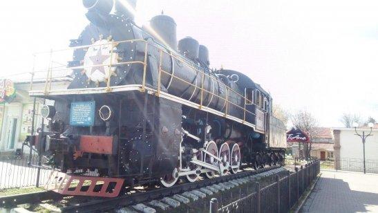 Пам'ятник паровозу на привокзальній площі, місто Знам'янка