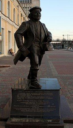 Пам'ятник отцю Федору на пероні вокзалу - фото з сайту ua.igotoworld.com