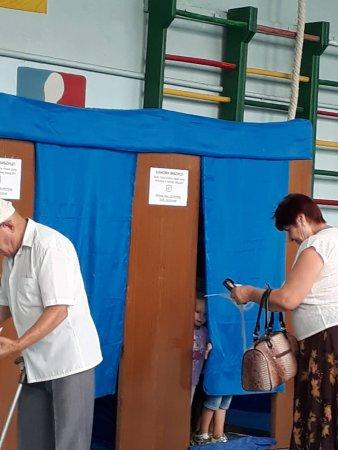 Дитина у кабінці для голосування