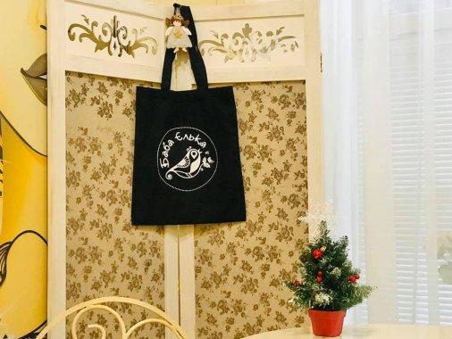Баба Єлька продає торбинки