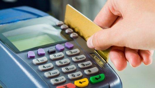 Українці стали в 2,5 рази менше користуватися банківськими касами та знімати готівку в банкоматах