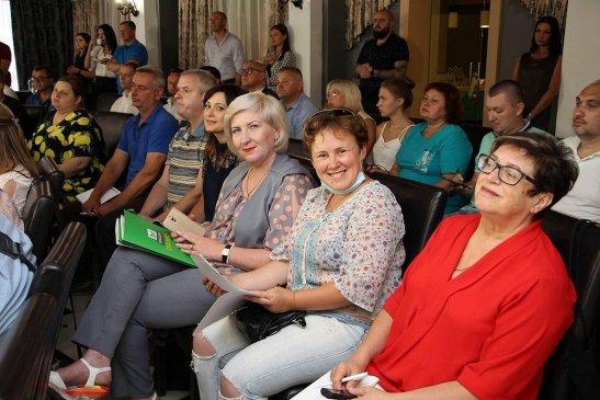 Учасники та учасниці прес-конференції на роботі