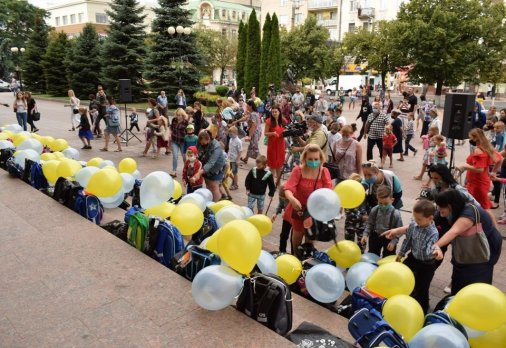 Канцтоварів на вісім тисяч гривень зібрали містяни для школяриків з багатодітних родин