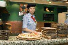 Пиццу делают быстро
