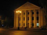 На площади расположено здание, где ранее был Юридический институт