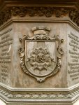 Герб города на памятнике