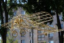 Кованный силуэт самолёта «Блерио» - первого воздушного судна, пролетевшего в небе нашего города более чем 100 лет назад